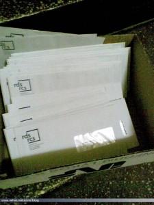 Cutie cu facturi RDS-RCS aruncate pe scara unui bloc
