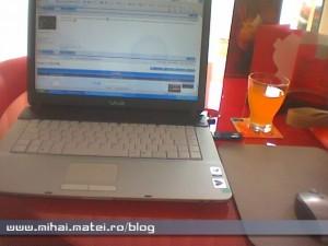 Bar cu laptop şi internet